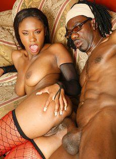 Негритянка в красных чулках кончила от анального секса - фото #