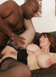 Дамочка с большими сиськами надела негру презерватив и умело попрыгала на его жезле - фото #