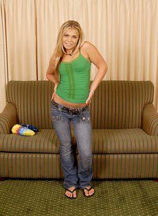 Блондинка трахнула себя резиновым членом и бурно кончила - фото #