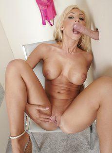 Блондинка скинула трусики и сделала минет незнакомцу через дырку в стене - фото #