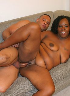 Зрелая негритянка побрила пизду и трахнулась с молодым любовником - фото #
