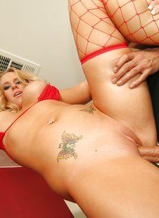 Жопастая сучка в красных чулках присела и сделала минет - фото #