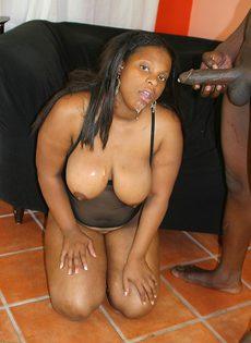 Толстая негритянка с широкой жопой трахается с мужиком - фото #