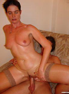 Зрелая тетка с короткой стрижкой кувыркается с молодым студентом - фото #