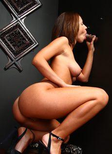 Студентка дрочит член негра через дырку в стене - фото #