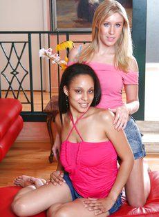 Нежные оральные ласки двух красивых девушек - фото #