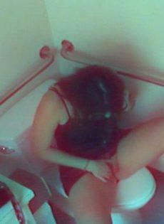 Молодая сучка разделась догола и подрочила рукой клитор в туалете - фото #