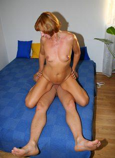 Зрелая тётка тайком трахается с молодым любовником - фото #
