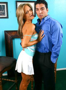 Молоденькая сучка скинула белую юбку, присела и отдрочила член - фото #