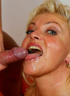 Зрелая блондинка без стеснения трахается с молодым соседом - фото #