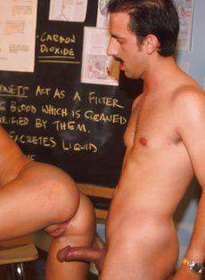 Преподаватель расстегнул ширинку, достал член и дал его отсосать студентке - фото #