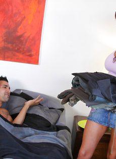 Брюнетка разбудила парня и соблазнила на секс, дав потрогать упругие сиськи - фото #
