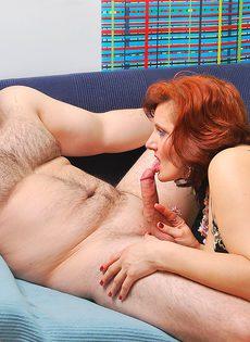 Толстый мужик присунул член в волосатую зрелую пилотку - фото #