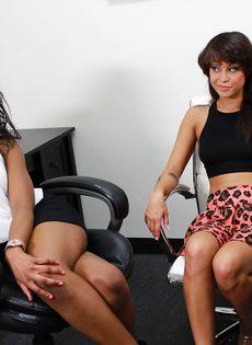 Негритянская подруга дрочит рукой половые губы - фото #
