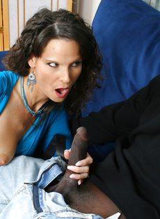 Женщина трётся киской о язык парня, при этом подрачивает его залупу - фото #