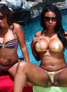 Сисястые негритянки ласкают друг друга около бассейна, доводя себя до оргазма - фото #