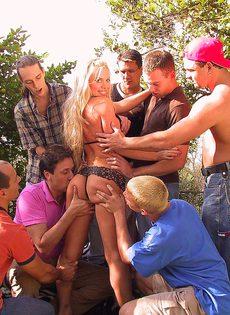 Мужики оттрахали проститутку в горло и накачали её спермой - фото #