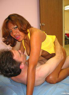 Зрелая женщина отсосала любовнику, а потом насадилась на член без резинки - фото #