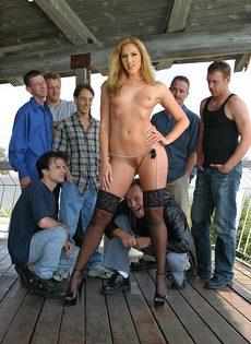 Отвязная проститутка искупалась в сперме, трахнувшись с толпой мужиков - фото #