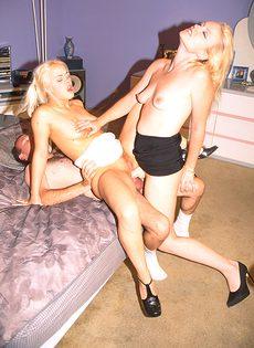 Муж с женой при помощи страпона трахают тёлку в две дырки сразу - фото #