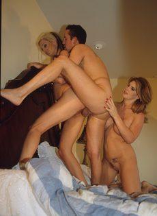 Муж уговорил жену на групповой секс с её подругой - фото #