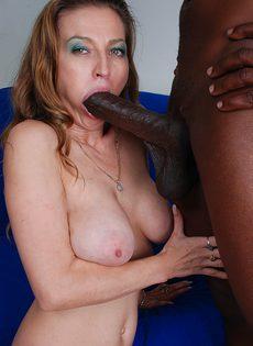 Женщина согласилась на секс с негром в позе наездницы - фото #