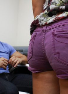 Режиссер трахнул в рот молодую телку на порно-кастинге - фото #