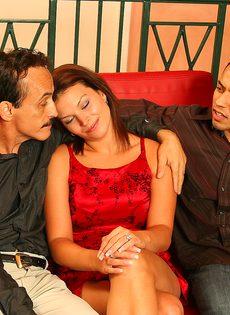 Муж импотент нанял молодого любовника для жены - фото #