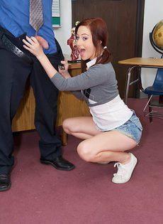 Стройная телка пришла в кабинет к преподу и соблазнила его на отвязный секс - фото #