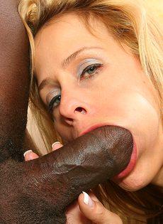 Белокожая зрелая тётка совратила негритянского парня на классический секс - фото #