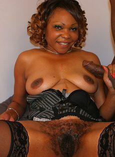 Опытная негритянка соблазнила любовника волосатой пиздой - фото #