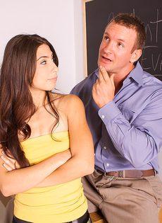 Преподаватель развел на секс молоденькую брюнетку - фото #