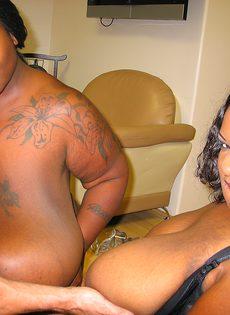 Две сисястые толстые негритянки получили в рот много спермы - фото #