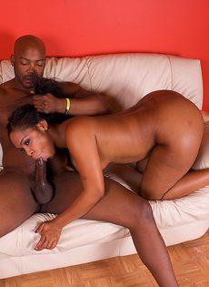 Негритянская проститутка познакомилась с пьяным мужиком и соблазнила его на секс - фото #