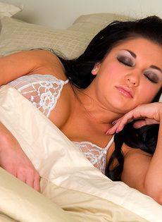 Муж разбудил жену, трахнул её и кончил на большие сиськи - фото #