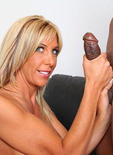 Лысый негр смотрит как блондинка сосет его длинный член - фото #