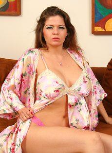 Взрослая женщина скинула халат и отсосала член молодого любовника - фото #