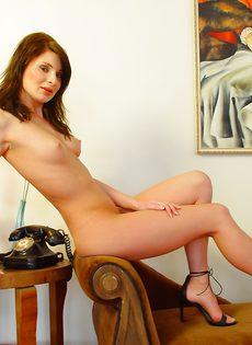 Худенькая брюнетка с розовыми сосками мастурбирует на софе - фото #