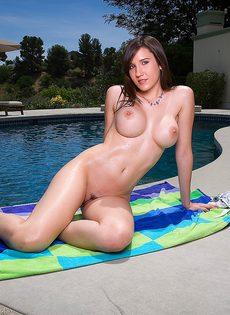 Молодая чика трахает себя фаллоимитатором у бассейна - фото #