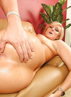 Лысый чувак натягивает на кукан блондинку с шикарной задницей - фото #