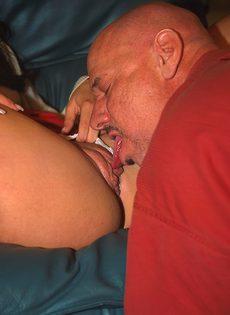 Лысый чувак вставил свой кол в попку молодой девушки - фото #