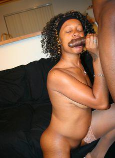 Нигер трахает на диване свою черную подругу с небритой киской - фото #