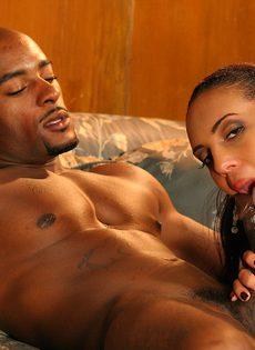 Белая девушка отдается черному парню без остатка - фото #