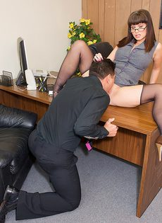 Секс с боссом на рабочем столе - фото #