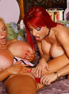 Две зрелые женщины с большими сиськами ублажают себя силиконовыми игрушками - фото #