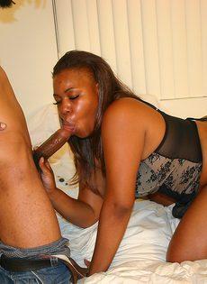 Секс со зрелой чернокожей телкой в горячих позах - фото #