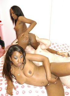 Черные девушки отдаются белому парню - фото #