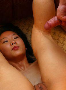 Азиатка с узенькой вагиной попала на прожарку к толстому члену - фото #