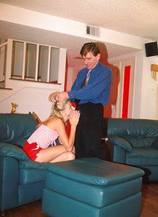 Взрослый дядя жадно порет в очко молодую блондинку - фото #