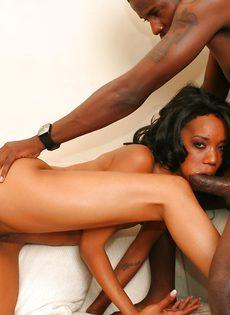 Чувак задрал ноги свой подруги, трахнул ее и кончил в пизду - фото #